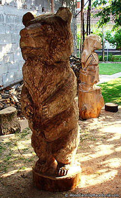 Wooden bear (sculpture/statue) made through chainsaw wood carving
