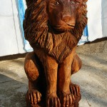 Lion sculpture made through chainsaw wood carving